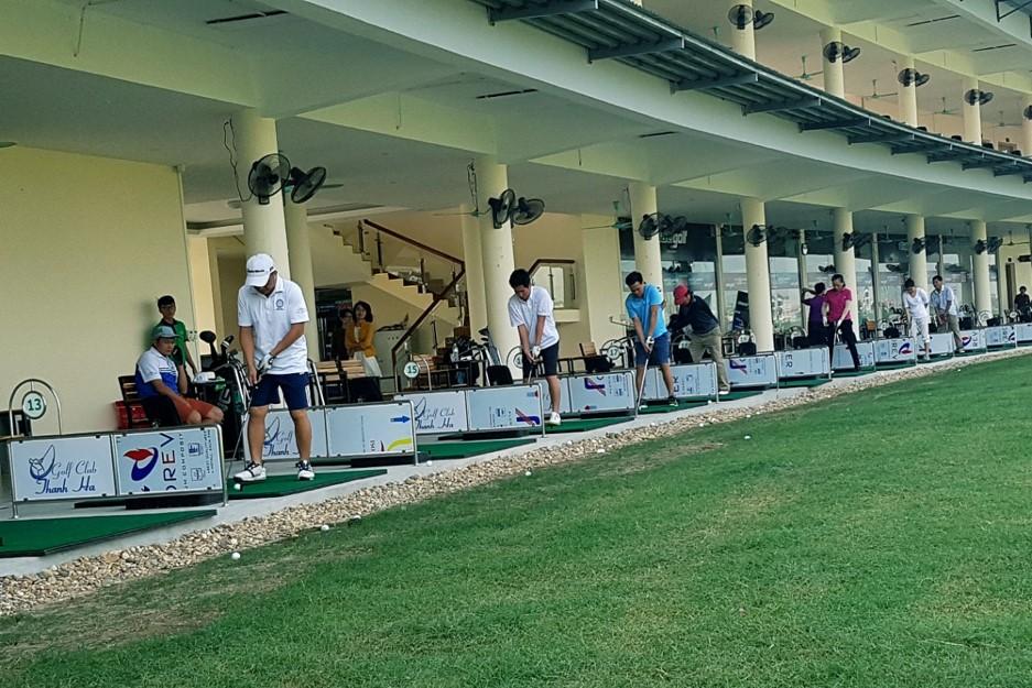Quảng cáo trên sân tập Golf Thanh Hà